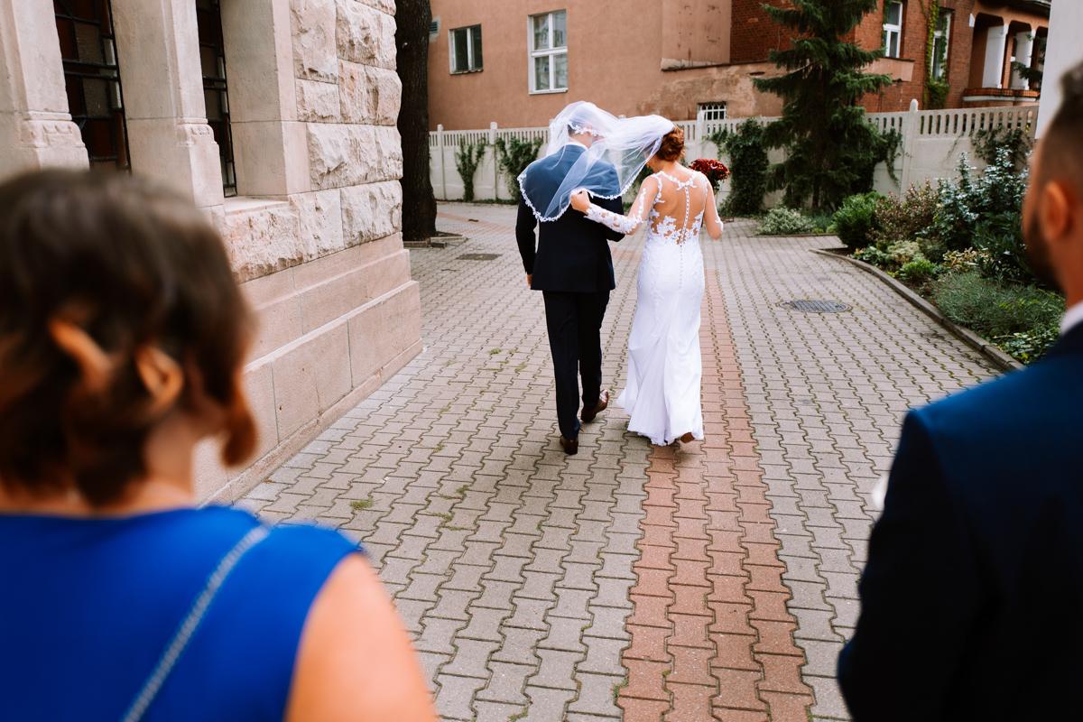 idą do ślubu
